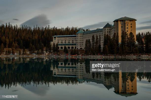 lake louise, canada - october 19, 2018: fairmont chateau hotel on the edge of lake louise in banff national park - chateau lake louise - fotografias e filmes do acervo