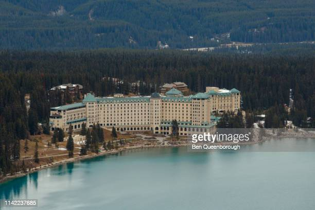 lake louise, canada - october 19, 2018: fairmont chateau hotel on the edge of lake louise in banff national park - chateau lake louise stock photos and pictures