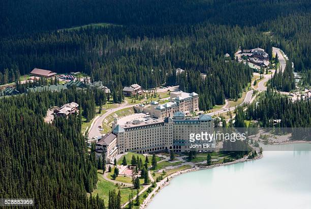 fairmont chateau lake louise - chateau lake louise stock pictures, royalty-free photos & images