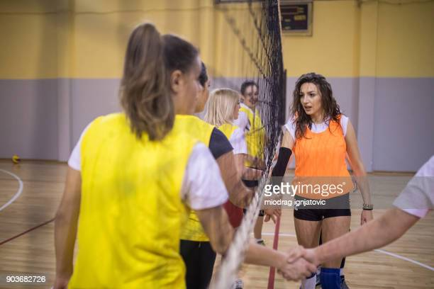 fairplay-handshake - damen volleyball stock-fotos und bilder