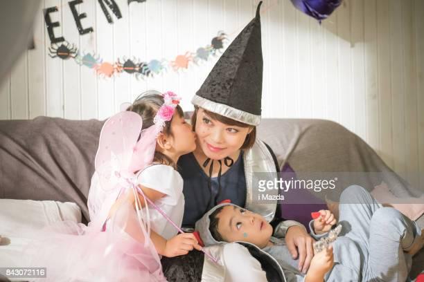 妖精は、ハロウィーン パーティーで魔女をキスします。