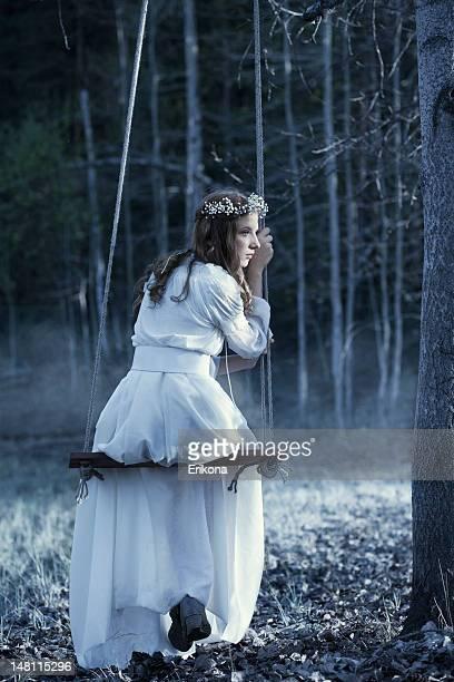 Fairy auf Schaukel im Nacht-Wald