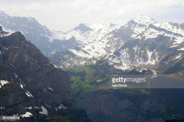 ヴェンゲンから童話の風景: 極端な地形、劇的なスイスの街並み、牧歌的な雪を頂いたアルプスの村シルトホルン山地下でミューレン高山村雪を頂いたアルプス、ベルナーオーバーラント、スイス アルプス、スイス