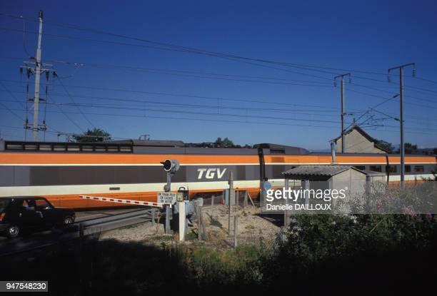 TGV faisant la liaison entre Lyon et Grenoble sur un passage à niveaux France