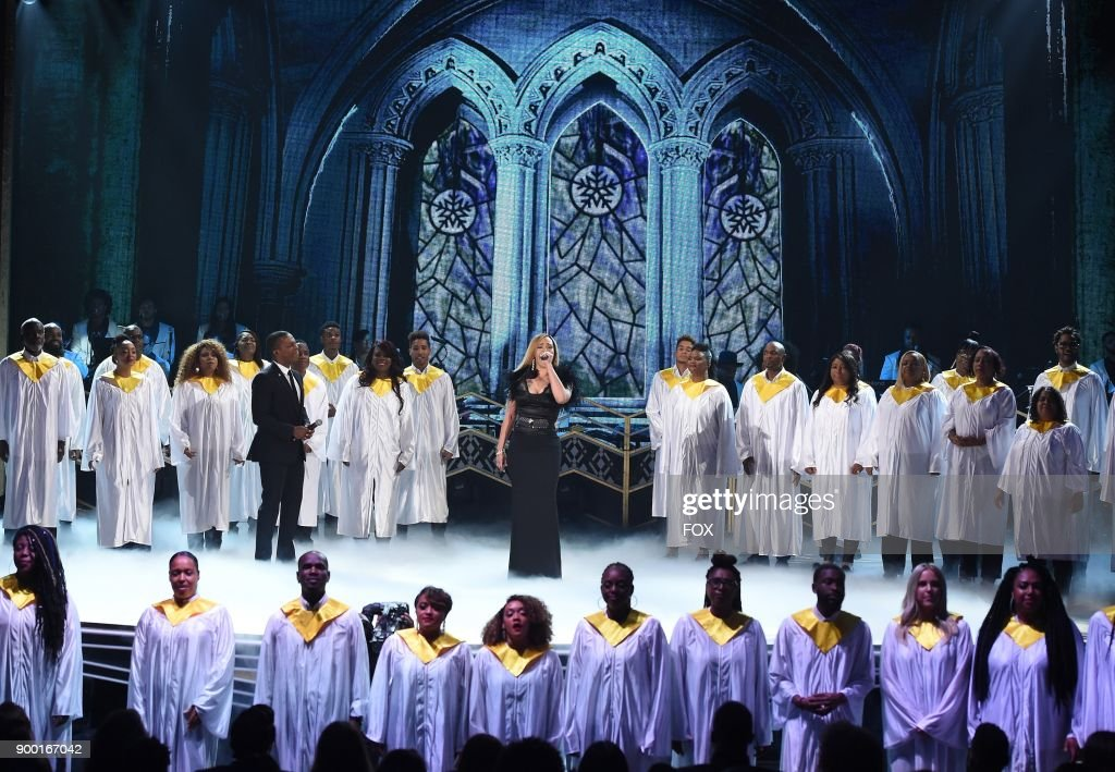 Faith Evans (C) performs in the TARAJI'S WHITE HOT HOLIDAYS special airing Thursday, Dec. 14 (8:00-9:00 PM ET/PT) on FOX.
