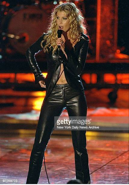 Faith Hill performs at the VH1 Divas 2000 A Tribute to Diana Ross concert at Madison Square Garden