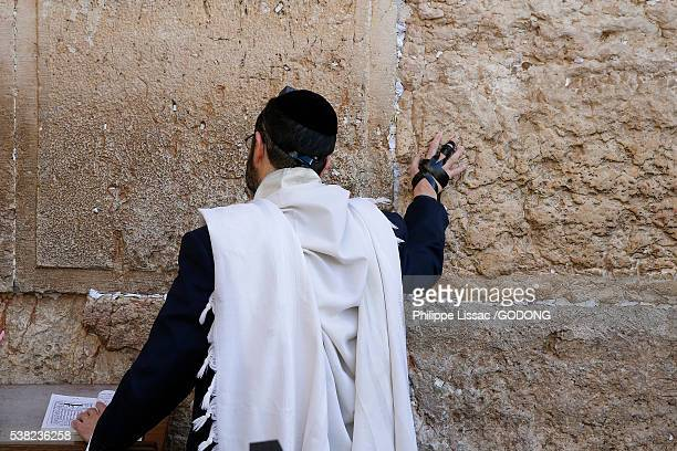 faithful at the western wall, jerusalem. - jewish prayer shawl ストックフォトと画像