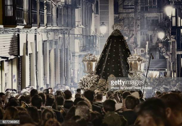 a faithful crowd follows the float of the virgin mary down san matias street  during an easter procession in granada, andalucia, spain - victor ovies fotografías e imágenes de stock
