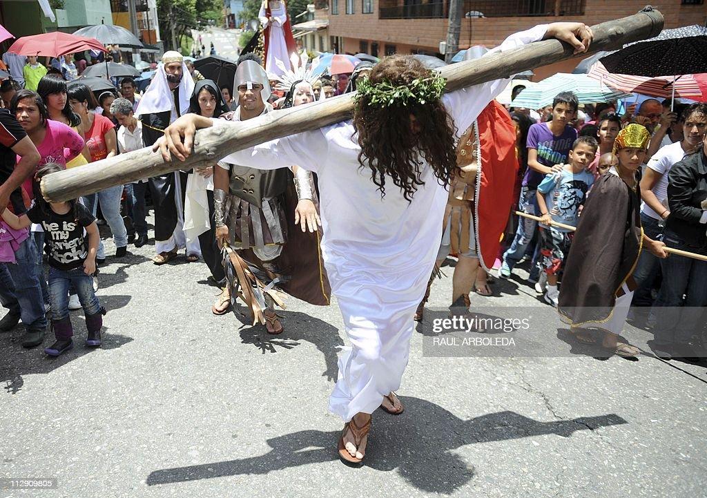 Faithful reenact the passion of the Chri : News Photo