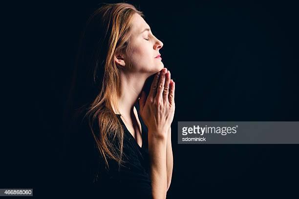 fiel mulher reza - religião - fotografias e filmes do acervo