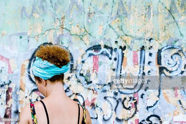 faixa azul no cabelo - cabelo humano fotografías e imágenes de stock