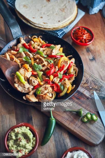 fajitas de pollo chicken marinated tortillas with onions and peppers - america latina foto e immagini stock