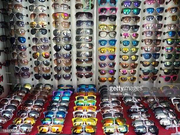 fake designer sunglasses on a market stall - falso - fotografias e filmes do acervo