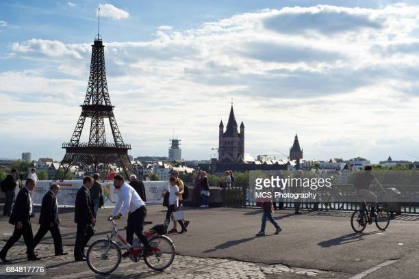 Fake-Eiffel-Turm in Köln, die Förderung der Ice Hockey World Championship 2017