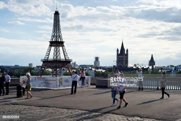 Fake-Eiffel-Turm in Köln, die Förderung der Ice Hockey World Championship 2017 und Passanten