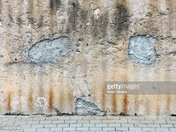 fake face on a wall - erosionado fotografías e imágenes de stock