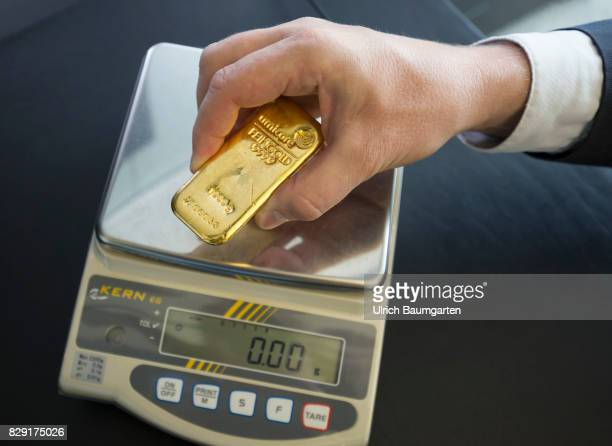 Fake gold reinforced in circulation Different test methods for authenticity here the test of the weight of a 1000g gold bar with an electronic scale...