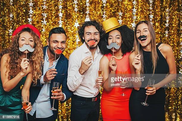 fake moustaches and champagne - disfarce - fotografias e filmes do acervo