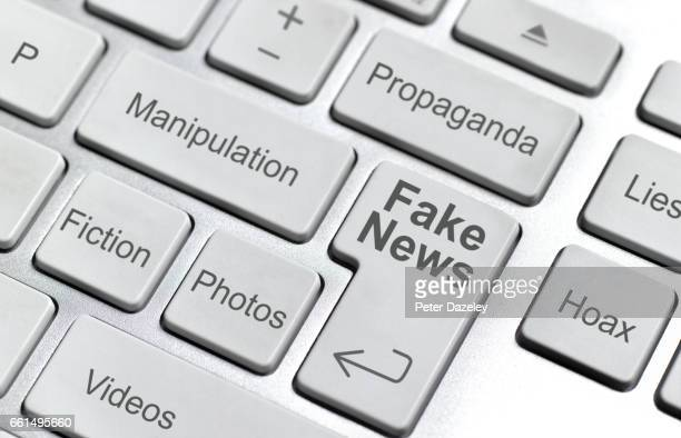 fake news keyboard - fake news photos et images de collection
