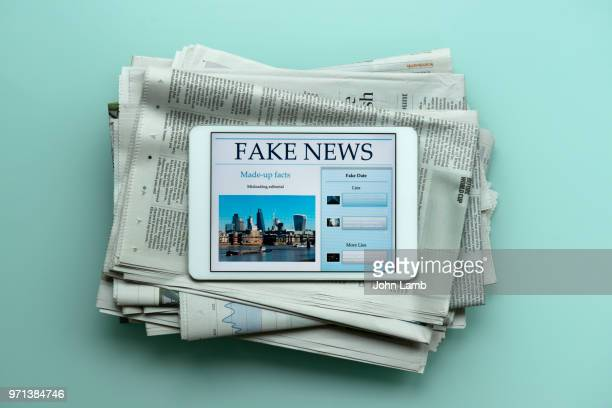 fake news tablet - fake news photos et images de collection