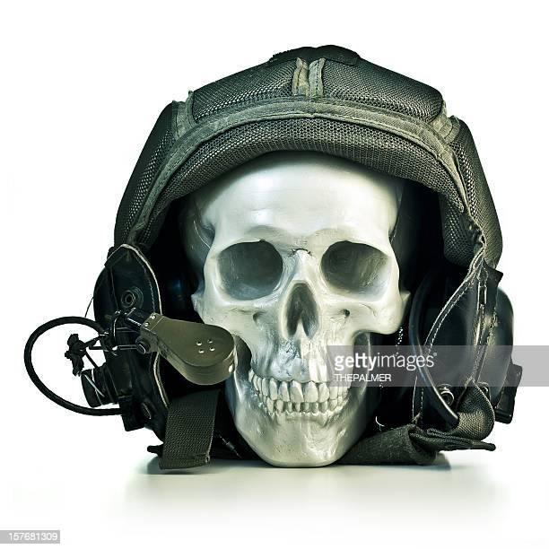 Falsche Schädel mit einer militärischen pilot Helm