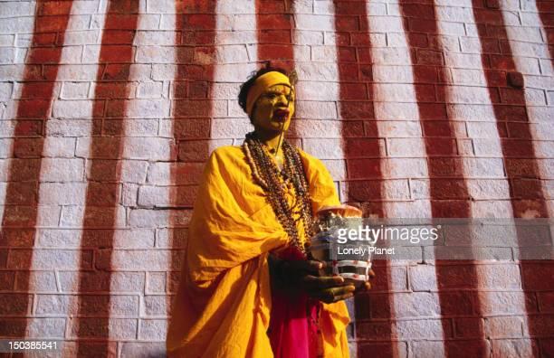 a fakir (type of holy man) at the kumari amman temple in kanyakumari, orissa. - faquir - fotografias e filmes do acervo