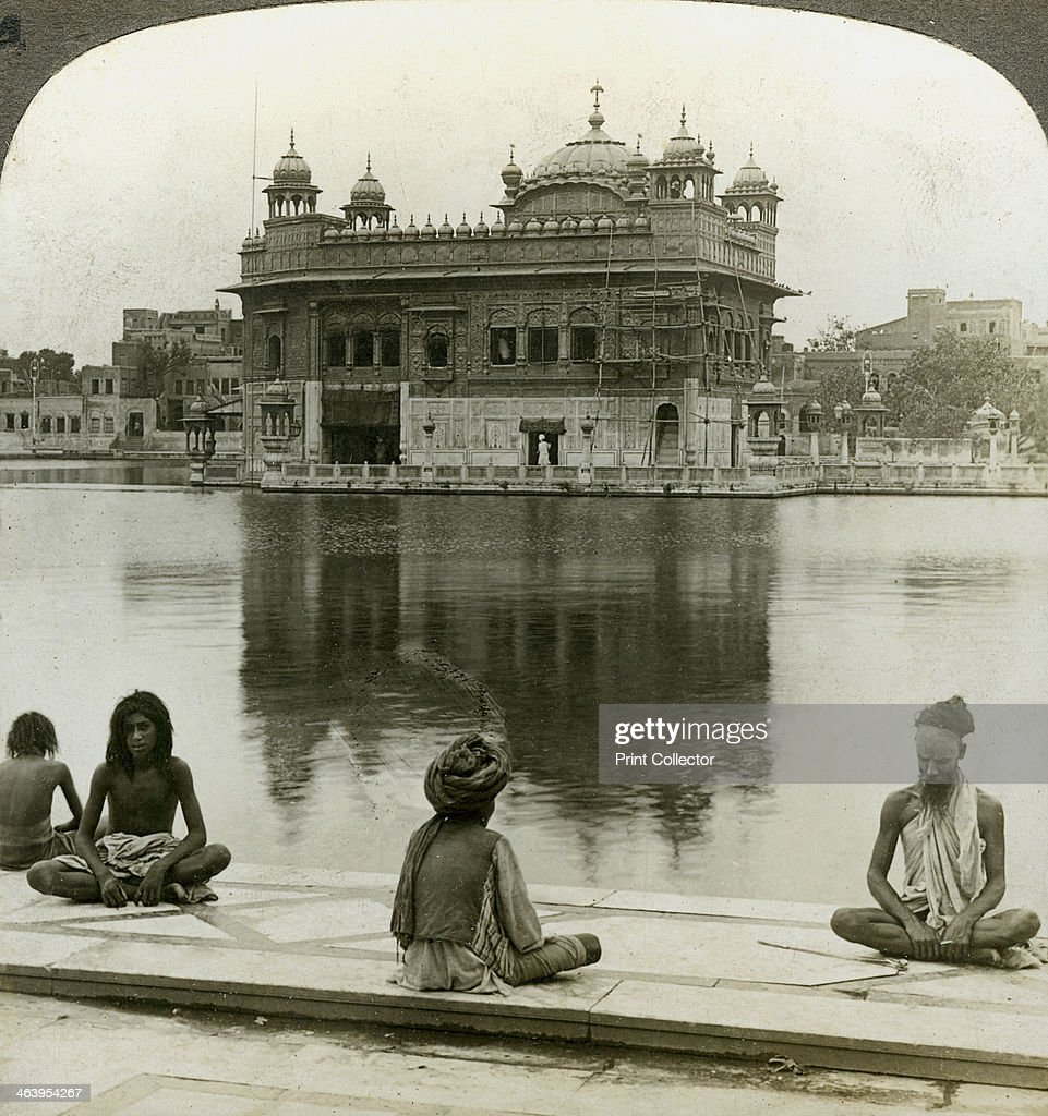 Fakirs at Amritsar, looking south across the Sacred Tank to the Golden Temple, India, c1900s(?)Artist: Underwood & Underwood : Foto jornalística