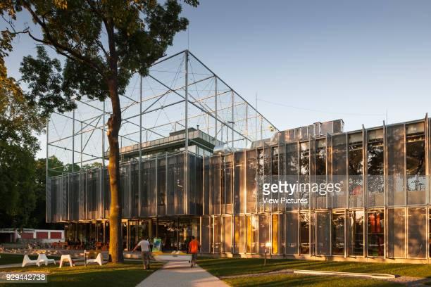 PL Architekci 2012 Laterafternoon light illuminates the facade