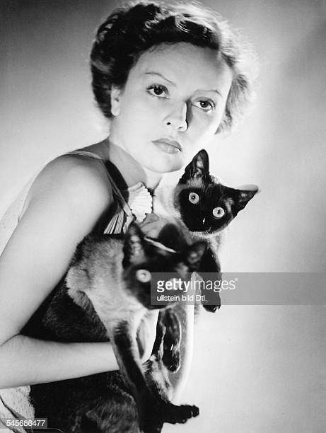 Falckenberg Gina * Actress Writer Germany portrait with Siamese cats 1937 photographer Imre von Santho