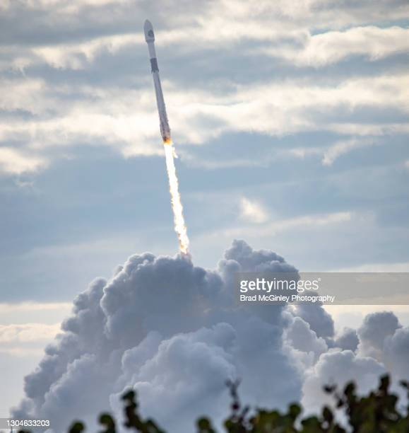 falcon 9 rocket launch - launch event stock pictures, royalty-free photos & images