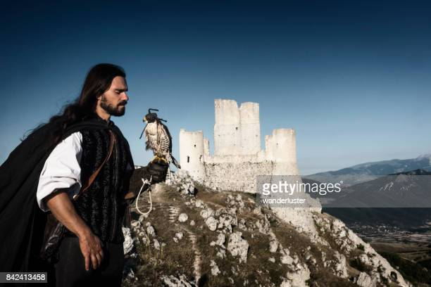 falconer en el castillo de rocca calascio - hawking space fotografías e imágenes de stock