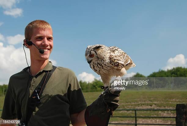 ファルコナー、ベンガルイーグルミミズク - 動物調教師 ストックフォトと画像