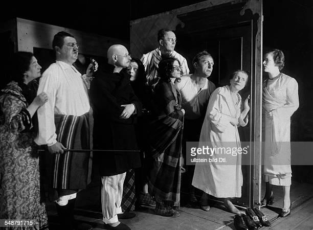 Falkenstein Julius Actor Germany *25021879 3 fl with Elsa Wagner Renate Mueller Hans Liebelt and Paul Bildt in the play 'Stoerungen' 1929...