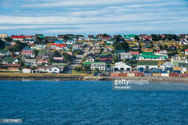 uk, falkland islands, stanley, colorful houses of coastal town - フォークランド諸島 ストックフォトと画像