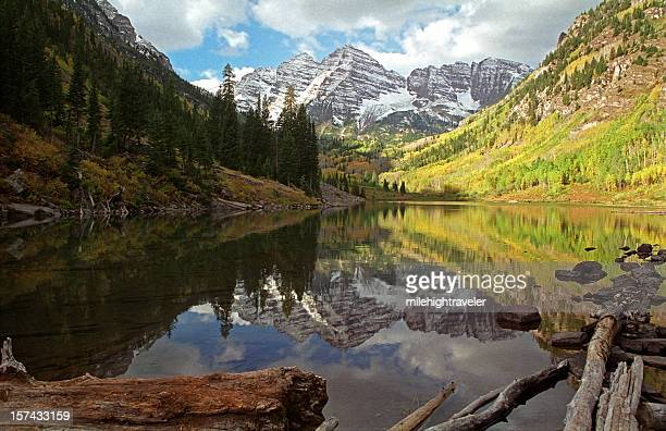 fall colors at maroon bells and lake, aspen colorado - maroon bells stock photos and pictures
