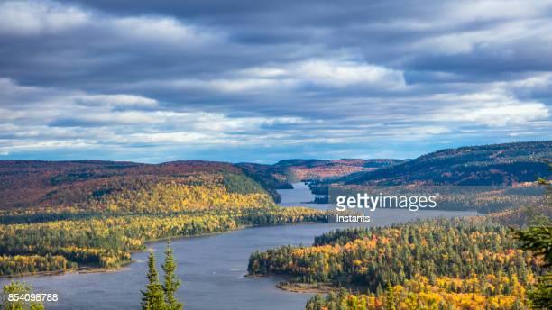 Herfst kleuren in La Mauricie National Park met Wapizagonke lake en zijn Île aux pins (Pine Island), in Québec, Canada.