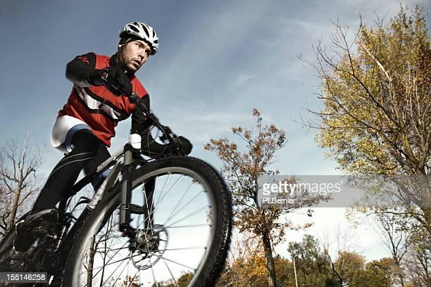 otoño de ciclismo de montaña - deporte de competición fotografías e imágenes de stock