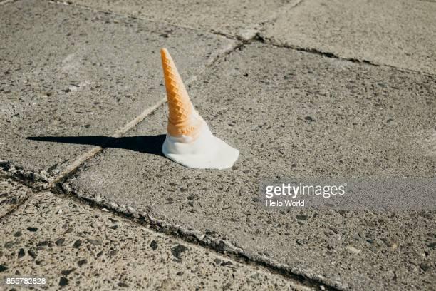 fallen ice-cream cone on concrete floor - pérdida fotografías e imágenes de stock