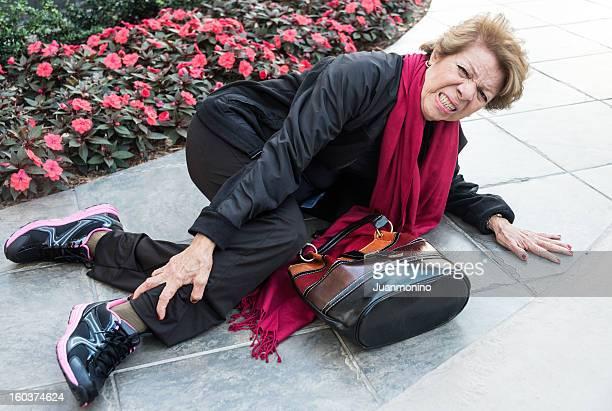 fallen femme âgée - lying down photos et images de collection