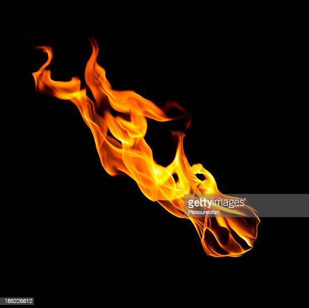 Caída de bola de fuego de hot llamas aisladas sobre negro