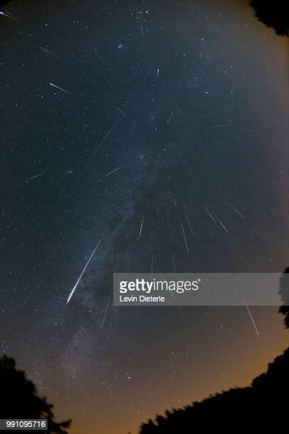 falling stars - perseids 2015 - stella cometa foto e immagini stock