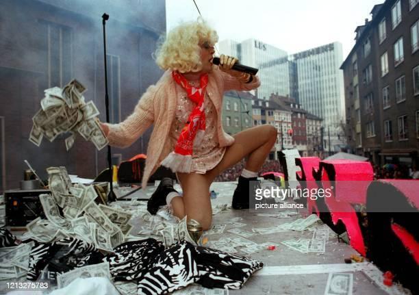 Falschgeld statt Kamelle wirft Campino, Leadsänger der Toten Hosen, am Rosenmontag beim Karnevalsumzug 1996 in Düsseldorf seiner Fangemeinde vom...