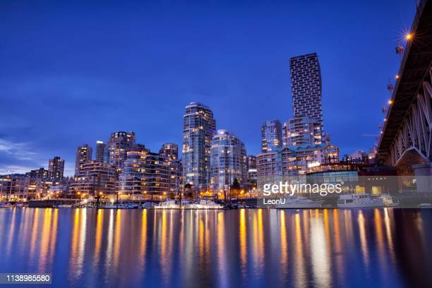 false creek bei nacht im frühling, vancouver, kanada - vancouver stock-fotos und bilder