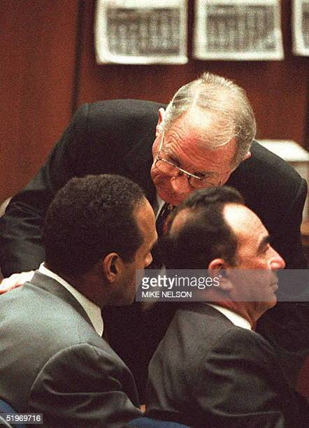 Famed defense attorney F Lee Bailey talks to OJ Simpson during a court hearing 04 January in which the defense filed a motion to withdraw a challenge...