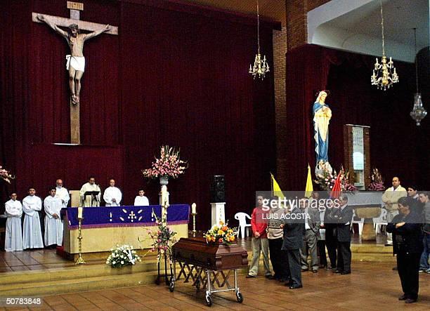 Familiares y amigos acompanan el feretro de uno de los 22 ninos muertos del colegio Agustiniano en Bogota el 29 de abril de 2004 Un total de 22 ninos...