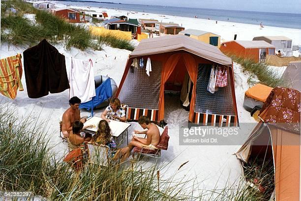 Familie aus der DDR auf dem ZeltplatzPrerow auf dem Darß an der Ostsee August 1990