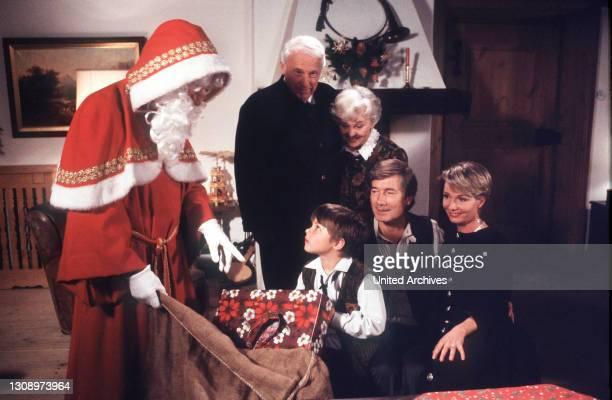 Familie Rombach ist in vorweihnachtlicher Stimmung. Florian wünscht sich diesmal einen echten Weihnachtsmann. Szene mit Florian , Susanne , Martin ,...