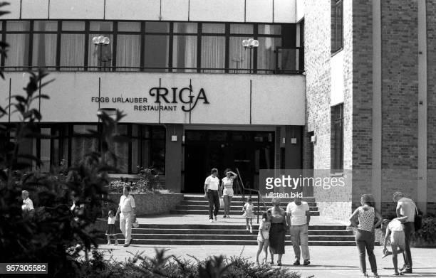 Familien vor dem FDGBUrlauberRestaurant Riga in Binz auf der Ostseeinsel Rügen aufgenommen in den 1980er Jahren im Sommer In malerischer...