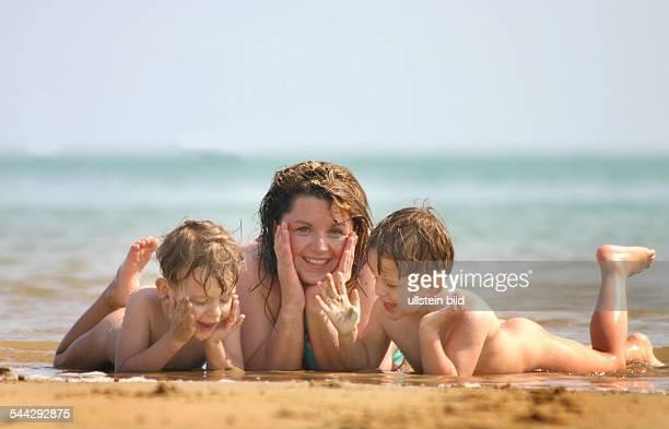 Familienurlaub Strandurlaub FKK Mutter mit zwei Kindern am Meer
