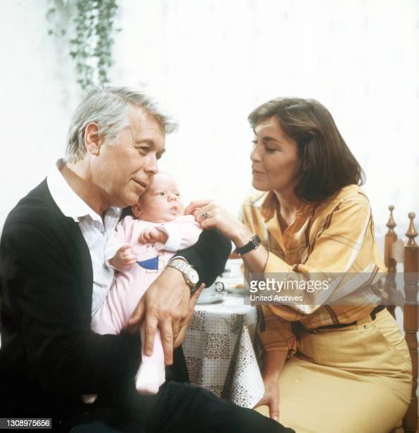 Familienzuwachs / D 1984 / Angi und Werner sind glücklich über ihr Baby Franzsiska. / PETER WECK und THEKLA CAROLA WIED. / Überschrift: ICH HEIRATE...